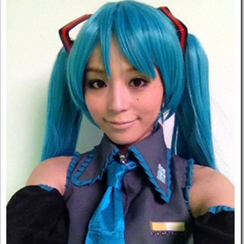 Hirano Aya con cosplay de Hatsune Miku