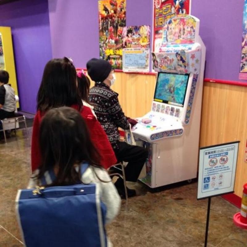 Gamers adultos jugando Aidoru Katsudou! en establecimientos para niñas